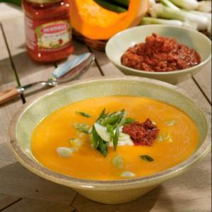 kuerbissuppe-mit-fruehlingszwiebeln-und-pesto