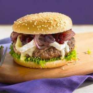 pfefferburger-mit-karamellisierten-zwiebeln-preiselbeeren-und-camembert